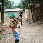 bambina di Adwa che trasporta la legna sulle spalle