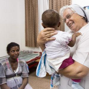 suor Laura Girotto con la piccola Mahlet e la sua mamma