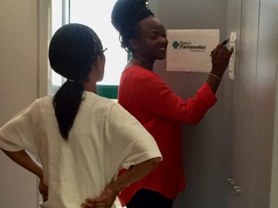 La farmacista keniota Winnie appena arrivata alla farmacia del nuovo ospedale, dove sono arrivati i medicinali donati dal Banco Farmaceutico